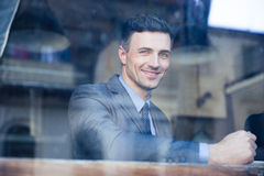 Портрет жизнерадостного бизнесмена в кафе Стоковая Фотография RF
