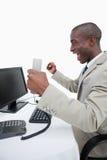 Портрет жизнерадостного бизнесмена используя компьютер Стоковое Фото