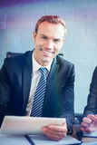 Портрет жизнерадостного бизнесмена используя цифровую таблетку Стоковое фото RF