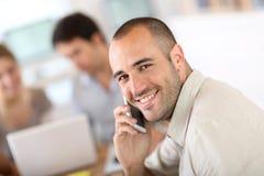 Портрет жизнерадостного бизнесмена обсуждая Стоковое Изображение RF
