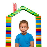 Портрет жизнерадостного ребенка в доме игрушки от дизайнера Стоковая Фотография
