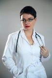 Портрет жизнерадостного счастливого доктора в больнице врачуйте женщину содружественную Стоковые Фото