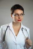 Портрет жизнерадостного счастливого доктора в больнице врачуйте женщину содружественную Стоковые Фотографии RF