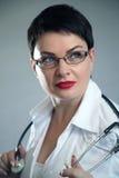 Портрет жизнерадостного счастливого доктора в больнице врачуйте женщину содружественную Стоковая Фотография RF