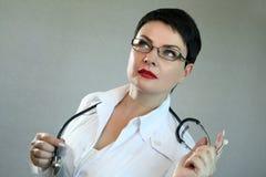 Портрет жизнерадостного счастливого доктора в больнице врачуйте женщину содружественную Стоковое Фото