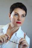 Портрет жизнерадостного счастливого доктора в больнице врачуйте женщину содружественную Стоковое фото RF
