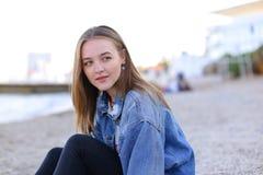 Портрет жизнерадостной девушки которая представляет на камере и милом смехе si Стоковые Изображения RF