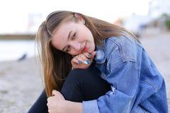 Портрет жизнерадостной девушки которая представляет на камере и милом смехе si Стоковое фото RF