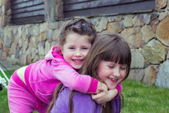 Портрет жизнерадостной девушки ребенк 2 с конц-поднимает стоковое изображение