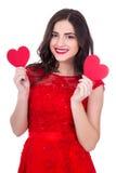 Портрет жизнерадостной женщины в красном платье держа 2 бумажных сердца Стоковое Изображение RF