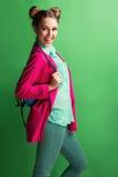 Портрет жизнерадостной маленькой девочки в ярком smili вскользь одежд Стоковые Фото