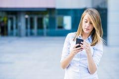 Портрет жизнерадостной молодой женщины говоря на smartphone и смехе Стоковые Фотографии RF