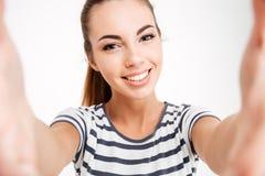 Портрет жизнерадостной привлекательной женщины делая фото selfie Стоковое фото RF