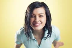 Портрет жизнерадостной усмехаясь девушки смотря вверх Стоковая Фотография RF