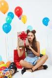 Портрет жизнерадостный угадывать девушки что он в коробке Стоковое Фото