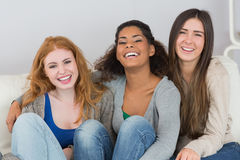 Портрет жизнерадостных женских друзей сидя дома Стоковые Изображения RF