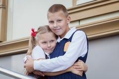 Портрет жизнерадостных и счастливых брата и сестры Стоковое Фото