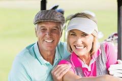 Портрет жизнерадостных пар игрока в гольф Стоковые Изображения RF