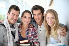 Портрет жизнерадостных друзей студентов Стоковая Фотография