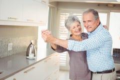 Портрет жизнерадостных танцев старшего человека с женой Стоковое Фото