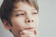 Портрет заботливого и хитро мальчика стоковые фотографии rf