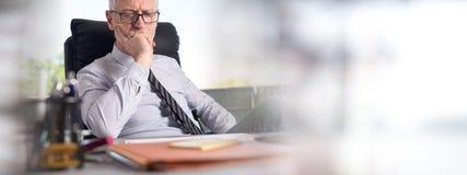 Портрет заботливого усаживания бизнесмена стоковое изображение rf