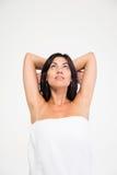 Портрет заботливой женщины в полотенце стоковые изображения rf