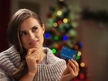 Портрет заботливой женщины с кредитной карточкой около рождественской елки Стоковая Фотография RF