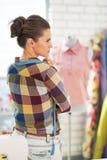 Портрет заботливой женщины dressmaker Стоковые Изображения