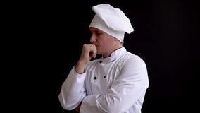 Портрет задумчивого мужского кашевара шеф-повара смотря прочь видеоматериал
