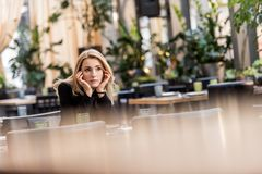портрет задумчивой женщины ждать кто-то стоковая фотография