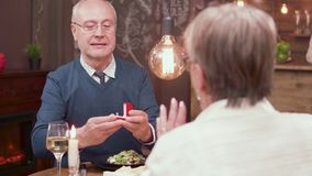 Портрет замедленного движения старика делая предложение к его партнеру сток-видео