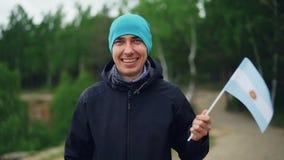 Портрет замедленного движения счастливого аргентинского флага куртки и шляпы вентилятора спорт нося развевая Аргентины с радостно видеоматериал