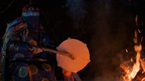 Портрет замедленного движения шамана поя песню сток-видео