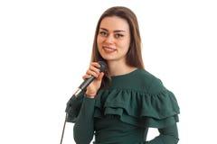 Портрет замечательной усмехаясь девушки с микрофоном в руке, конце-вверх Стоковые Фото