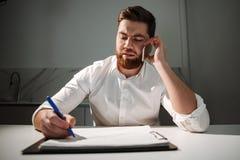 Портрет занятого молодого бизнесмена Стоковая Фотография RF
