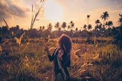 Портрет захода солнца красивой молодой женщины на поле Стоковые Фотографии RF