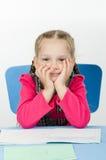 Портрет задумчивого зрачка на столе школы Стоковая Фотография