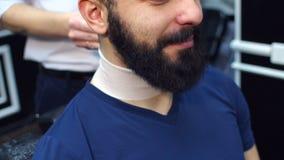 Портрет зверских бородатых людей в парикмахерской видеоматериал