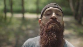 Портрет зверского стильного человека с бородой и чашки в лесе акции видеоматериалы