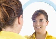 портрет зеркала девушки стоковая фотография rf