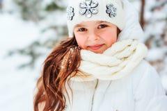 Портрет зимы близкий поднимающий вверх милой мечтательной девушки ребенка в белый играть пальто, шляпы и mittens внешний в снежно стоковые фото