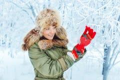 Портрет зимы внешний молодой женщины Стоковые Фото