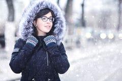 Портрет зимы девушки в городе Стоковые Изображения RF
