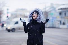 Портрет зимы девушки в городе Стоковые Фото