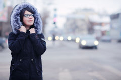 Портрет зимы девушки в городе Стоковые Фотографии RF