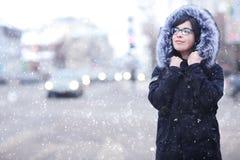 Портрет зимы девушки в городе Стоковое Изображение