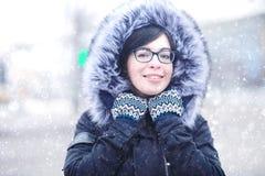 Портрет зимы девушки в городе Стоковая Фотография RF