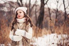 Портрет зимы девушки ребенка на прогулке в снежном лесе Стоковая Фотография RF