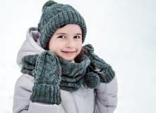 Портрет зимы девушки ребенк усмехаясь Стоковые Изображения RF